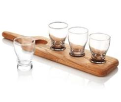 Houten plank met glazen